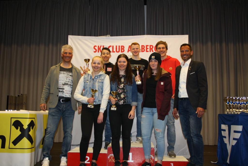 Die Klassensieger des Raiffeisen Schüler- und Jugendcups mit Gerhard Eichhorn (Raiffeisenbank St. Anton) und Christoph Patigler (TSV Bezirksreferent).  Fotonachweis: TSV Bezirk Landeck/Elisabeth Zangerl